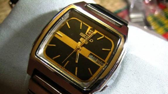 Đồng hồ Seiko 5 mặt vuông chặt góc