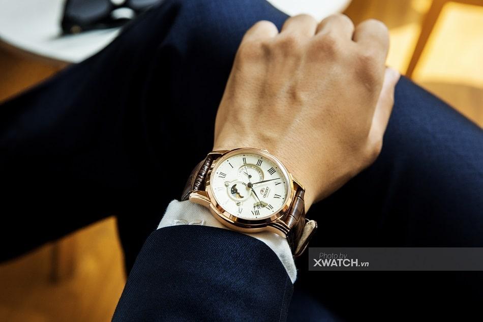 Đồng hồ đeo tay nam kính Sapphire là gì? 5 triệu mua được không?