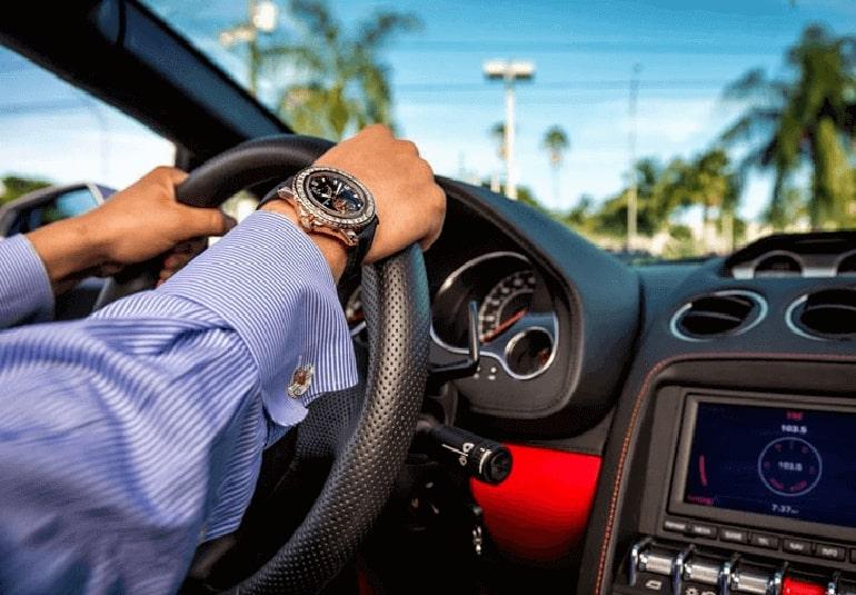 Bạn có thắc mắc về ý nghĩa đeo đồng hồ tay phải không?