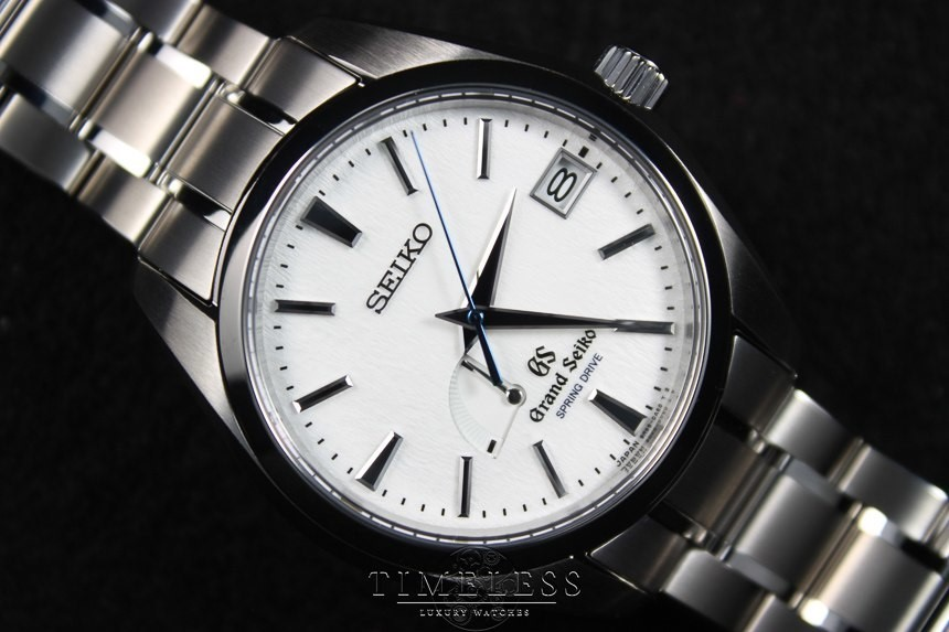 Mua đồng hồ chính hãng tại đại lý trong nước hay mua xách tay?