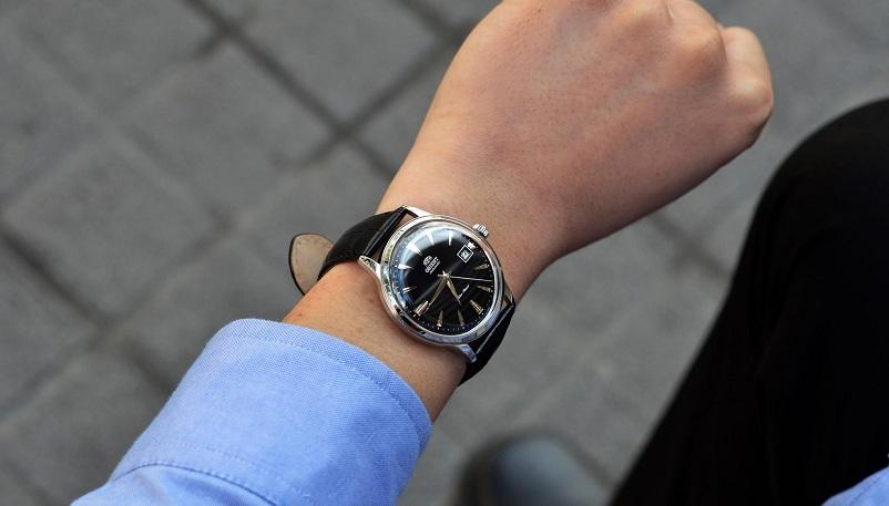 Cổ tay nhỏ nên đeo đồng hồ mặt vuông hay mặt tròn?
