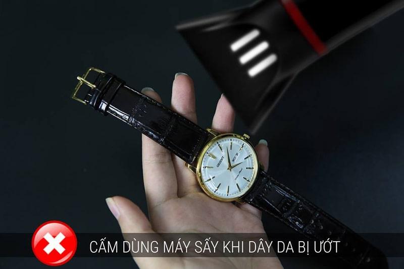 Không nên dùng máy sấy dây đồng hồ