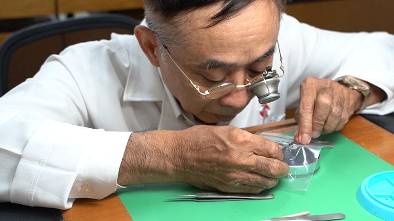 Thầy Phan Tấn Chi sửa đồng hồ