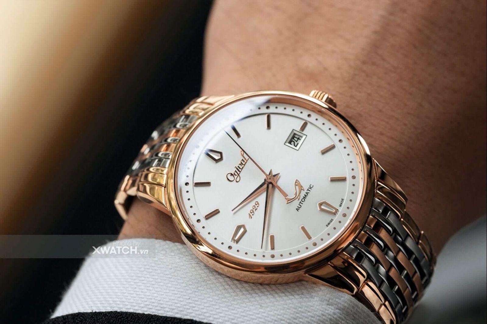 Nhâ viên Xwatch giao đồng hồ cho khách